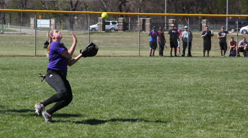 Softball has mixed results in doubleheader against Bluejays