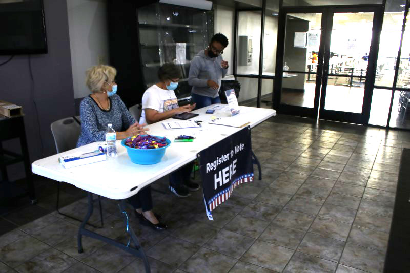 Anjaih Clemons, director of campus life, lends a helping hand in making sure all Builder students get registered to vote. It doesn't take long to get registered to vote. (Brandon Hollis/Staff Photographer)